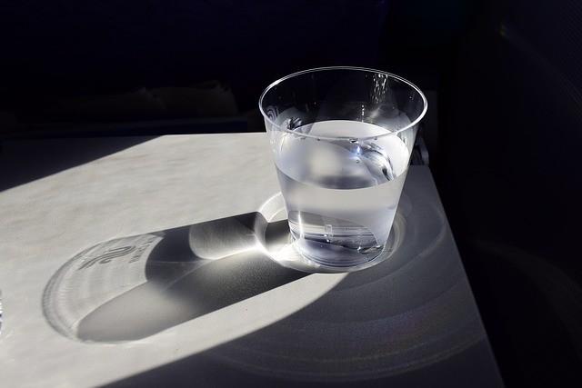 Потребуется стакан воды и расческа