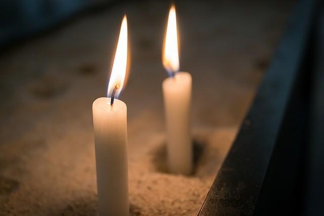 Необходимо две свечи, которые потребуется скрутить