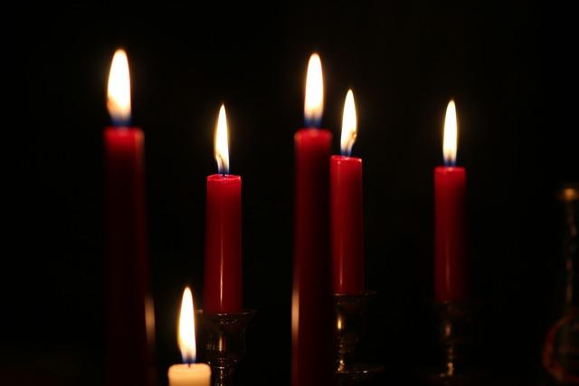 Свеча должна быть красной